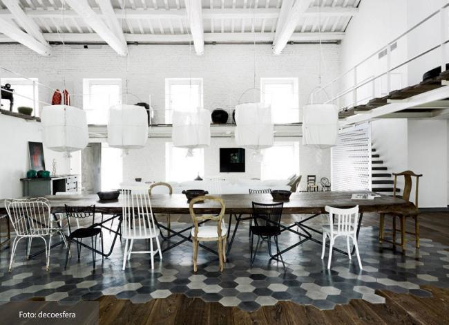 Una buena idea para el suelo de la casa, combinar madera y mosaico hidráulico